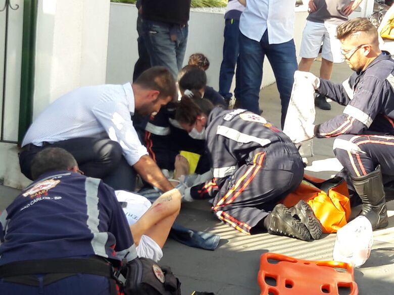 Motociclista é socorrida com suspeita de fratura na perna após colisão traseira - Crédito: Maycon Maximino