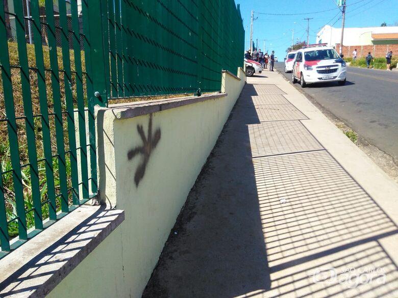 Garoto é flagrado pichando muro de escola; ao ser apreendido, faz ameaças de morte aos PMs - Crédito: Divulgação