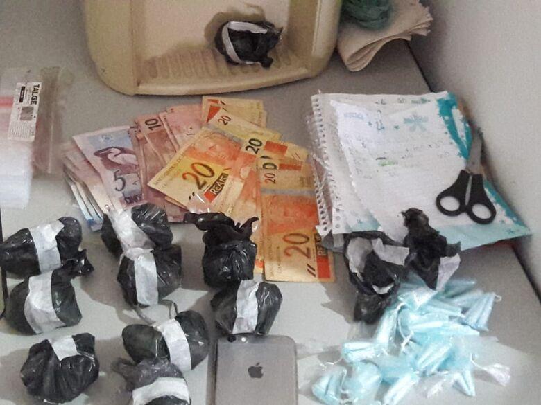 """""""Casa do tráfico"""" possui até câmeras de segurança; PM apreende grande quantidade de drogas - Crédito: Maycon Maximino"""