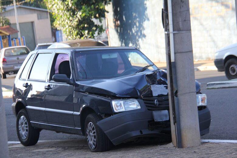 """Motorista sofre """"apagão"""" e bate em poste - Crédito: Maycon Maximino"""