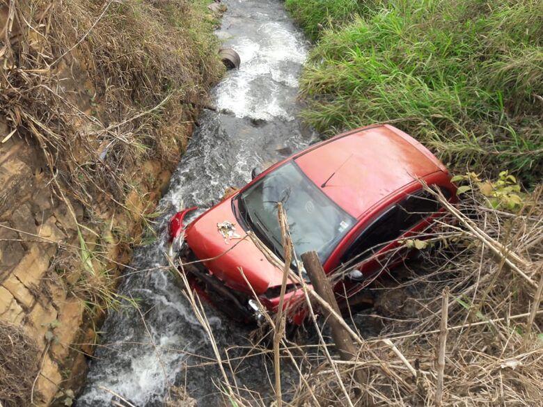 Carro cai em córrego e motorista fica desacordada por 4h - Crédito: Colaborador SCA