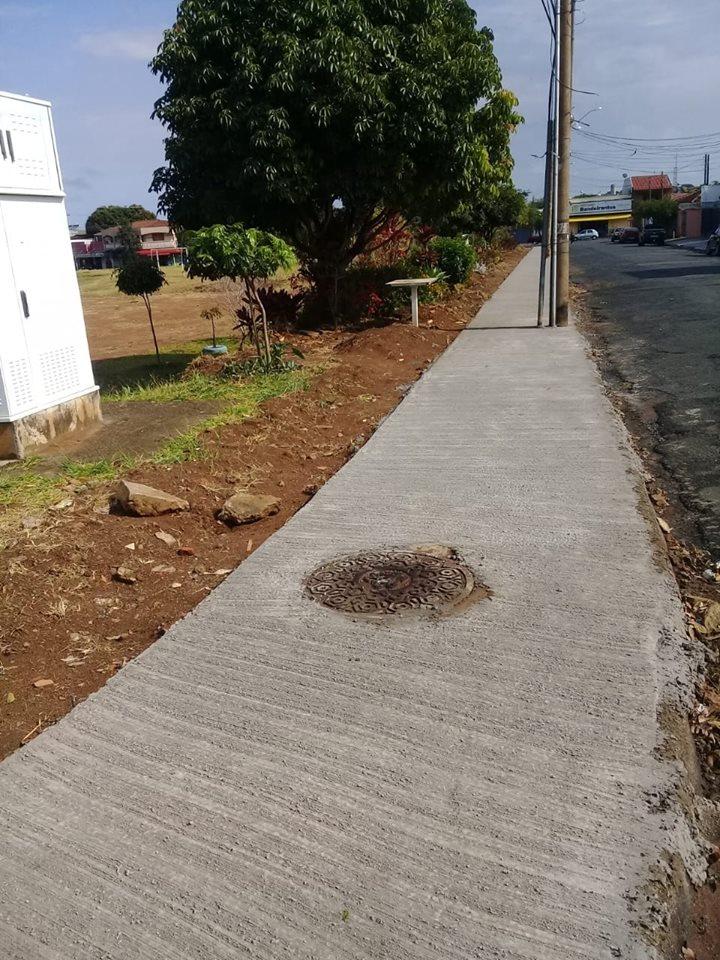 Vereador Malabim tem solicitação atendida e calçada da rua Júlio Cassin Filho é feita - Crédito: Assessoria do vereador