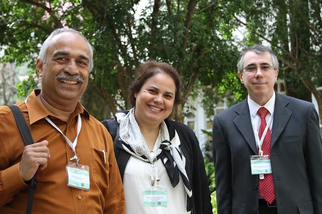 Rangaraj Rangayyan (à esquerda), Agma Traina e Marco Gutierrez, três dos 25 pesquisadores do projeto - Crédito: Denise Casatti