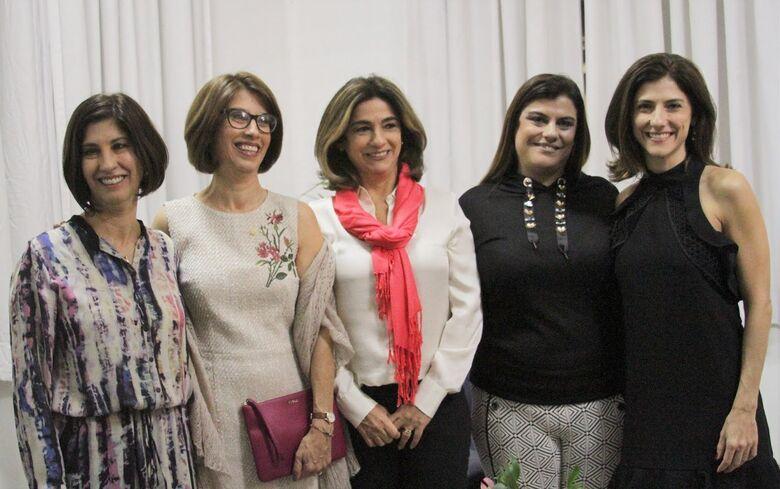 Cristina (segunda à esquerda) logo após a cerimônia de posse como diretora do ICMC: as quatro irmãs são professoras em universidades públicas brasileiras - Crédito: Denise Casatti