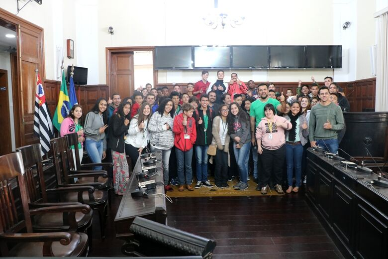 Conduzidos pelo vereador Rodson, alunos do curso de Assistente Administrativo do Cefa visitaram a Câmara - Crédito: Divulgação