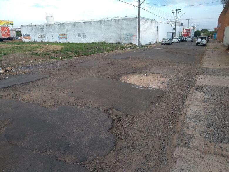 Carros usam calçada para 'fugir' de buracos em rua - Crédito: Divulgação