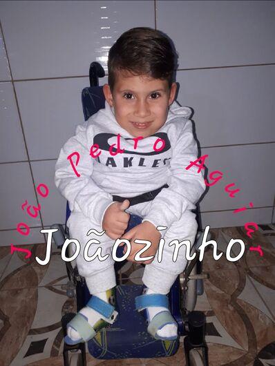 Joãozinho necessita de uma cadeira de rodas adaptada - Crédito: Divulgação