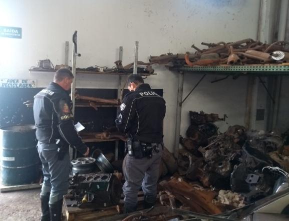 Polícia Militar e fiscais municipais realizam operação em comércio de peças usadas - Crédito: Divulgação/PM