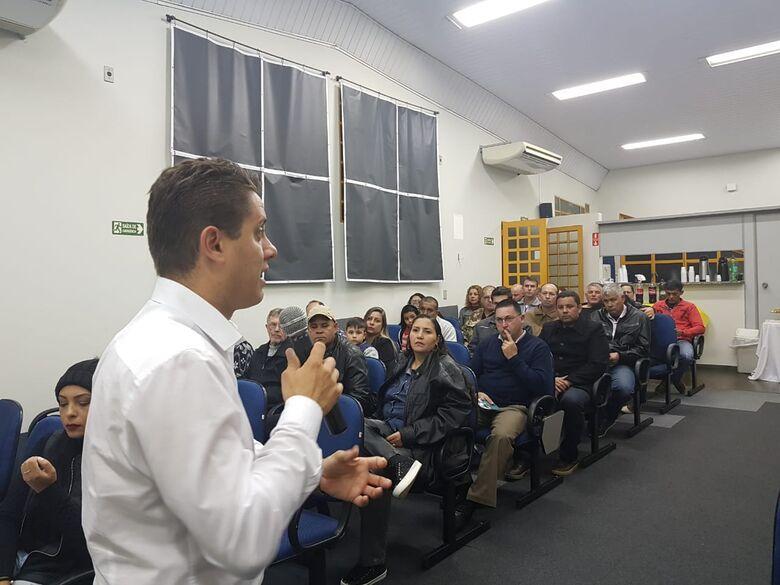 Vereador Paraná Filho durante reunião com membros da Associação de Guarda Municipal de São Carlos - Crédito: Assessoria do vereador