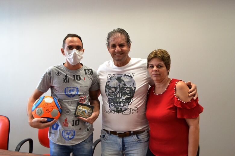 Mãe e filho agradecem prefeito Zé Parella pelo apoio que receberam - Crédito: Divulgação