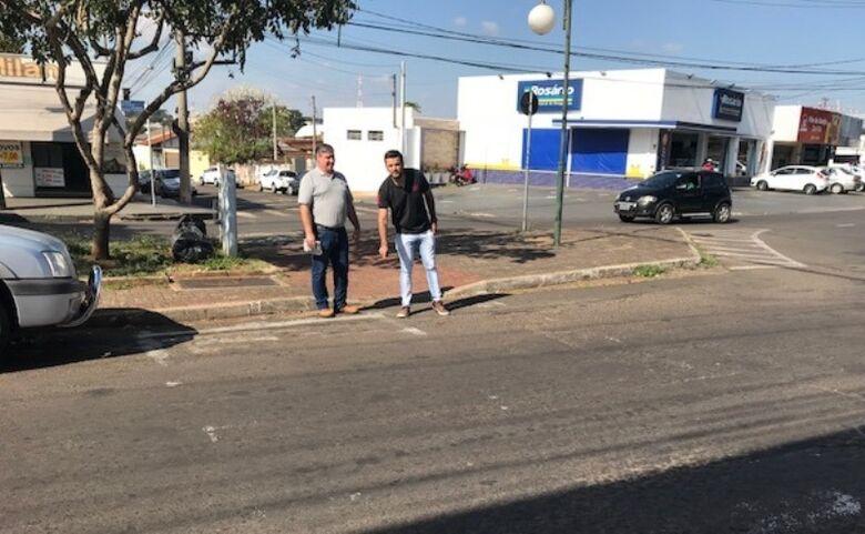 Rodson com o diretor Paulo Luciano na região da Escola Jesuíno de Arruda: pedido de melhoria na segurança de trânsito - Crédito: Divulgação
