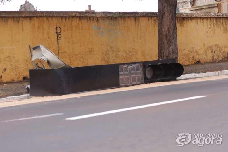 Após acidente, Prefeitura interdita trânsito na Avenida Luís Augusto de Oliveira - Crédito: Marco Lúcio