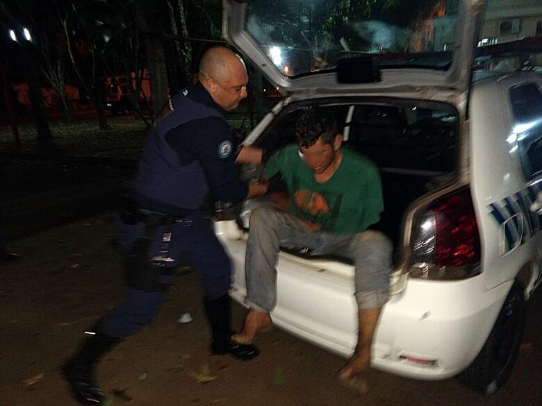 Homem é preso pela GM após roubar bolsa de mulher em ponto de ônibus - Crédito: Luciano Lopes