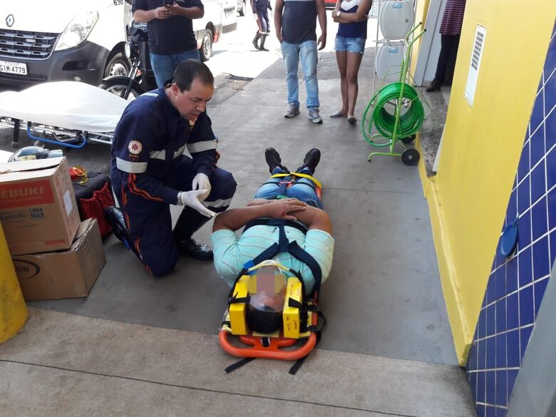 Motoboy leva a pior em colisão na Avenida São Carlos - Crédito: Maycon Maximino