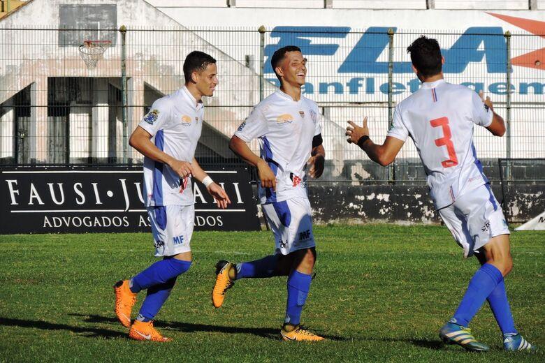 Volante do Lobão [centro] marcou o terceiro gol do clube diante do Comercial - Crédito: Gustavo Curvelo/Divulgação