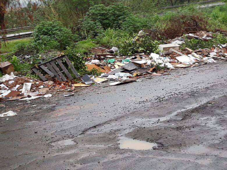Lixo e rua esburacada irritam moradores no Aracy - Crédito: Divulgação