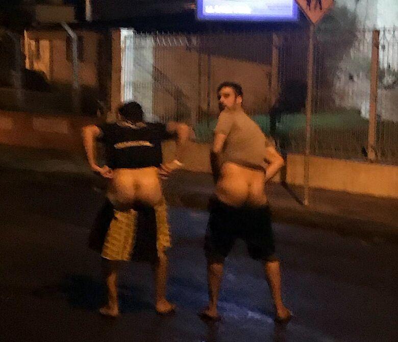 Jovens são flagrados fazendo gestos obscenos no meio da rua - Crédito: Divulgação