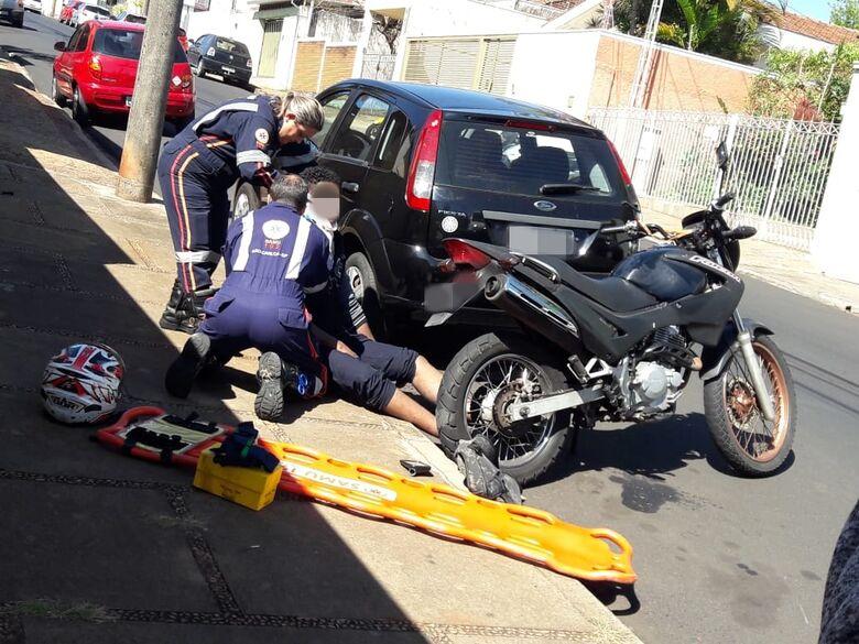 Após ser 'fechado' por caminhão, motociclista colide em carro parado e cai - Crédito: Maycon Maximino