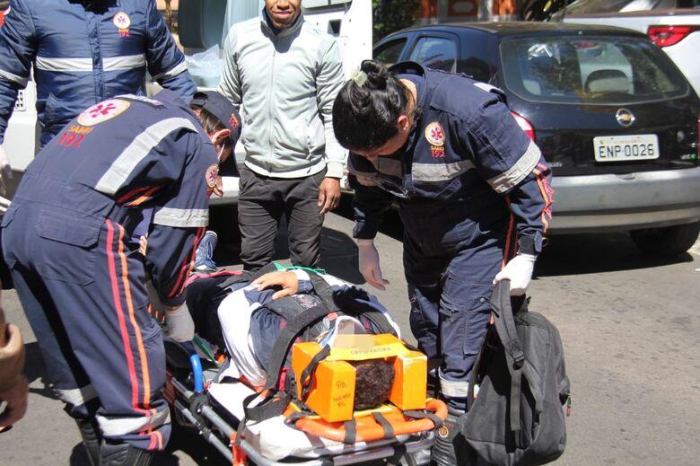 Mais um motociclista sofre queda após freada brusca - Crédito: Maycon Maximino