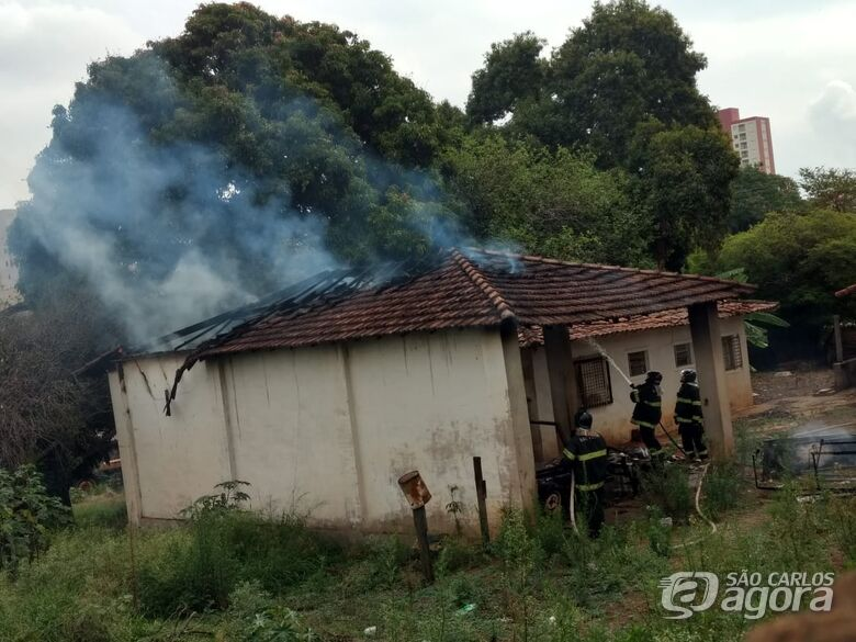Incêndio destrói telhado de galpão - Crédito: Luciano Lopes