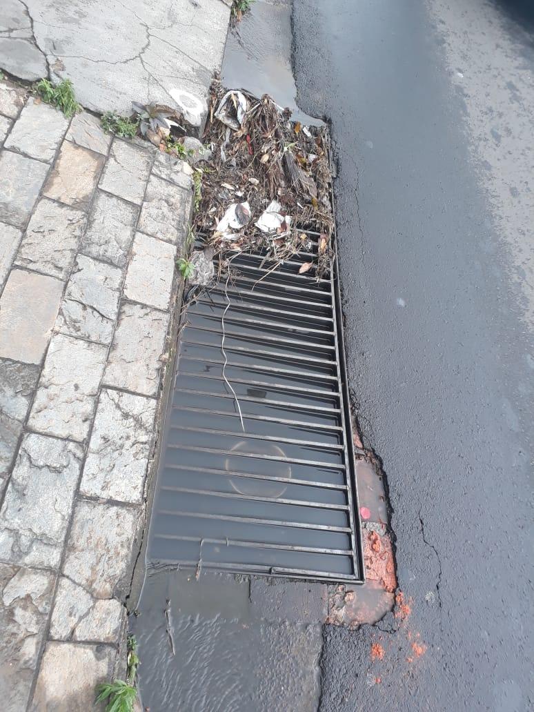 Bueiro entupido exala mau cheiro na região da Santa Casa - Crédito: Divulgação