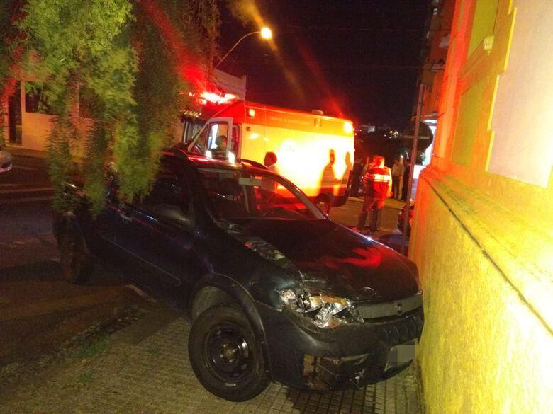 Após colisão, carro bate em muro de imóvel no centro - Crédito: Luciano Lopes