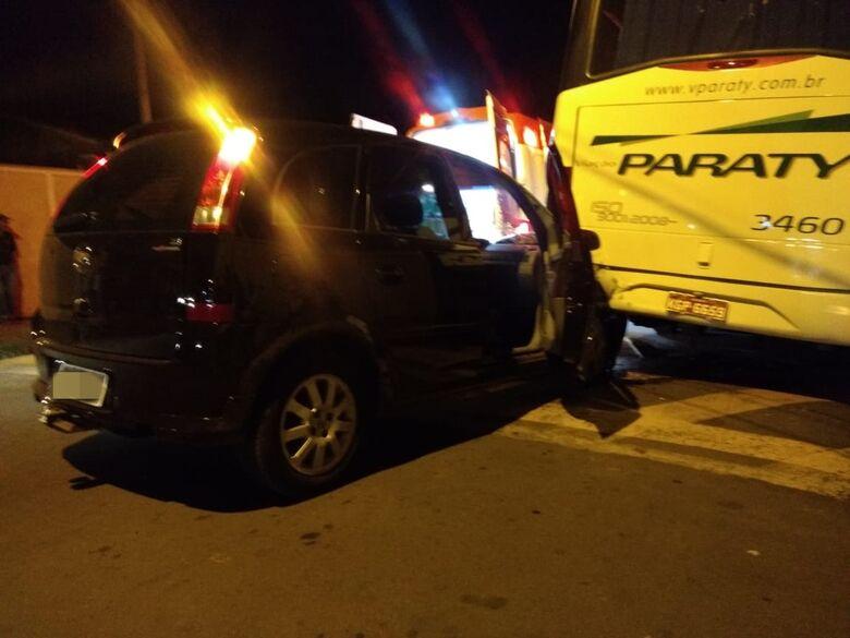 "Idoso ""acerta"" ônibus estacionado no Fagá - Crédito: Luciano Lopes"