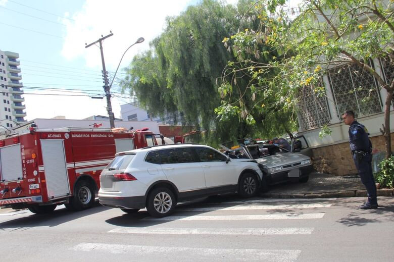 Após colisão, gestante fica presa dentro de carro no centro - Crédito: Maycon Maximino