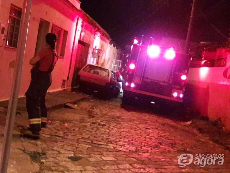 Casa abandonada pega fogo na Vila Prado - Crédito: Maycon Maximino