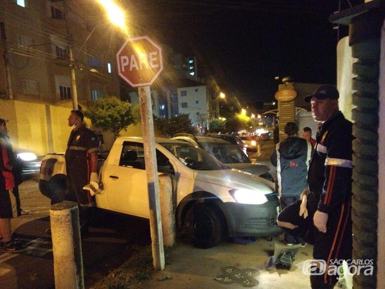 Carros vão parar em cima da calçada após colisão - Crédito: Luciano Lopes