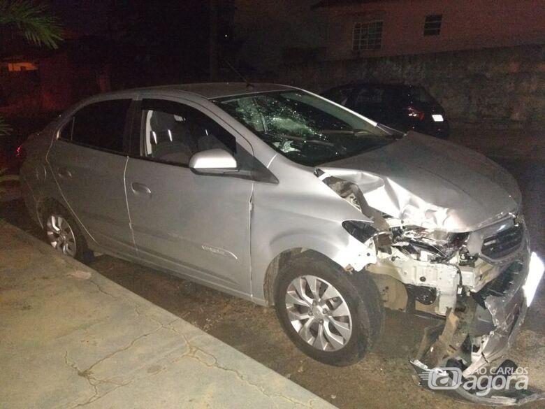 Idosa colide carro em poste e rua fica sem energia elétrica - Crédito: Luciano Lopes