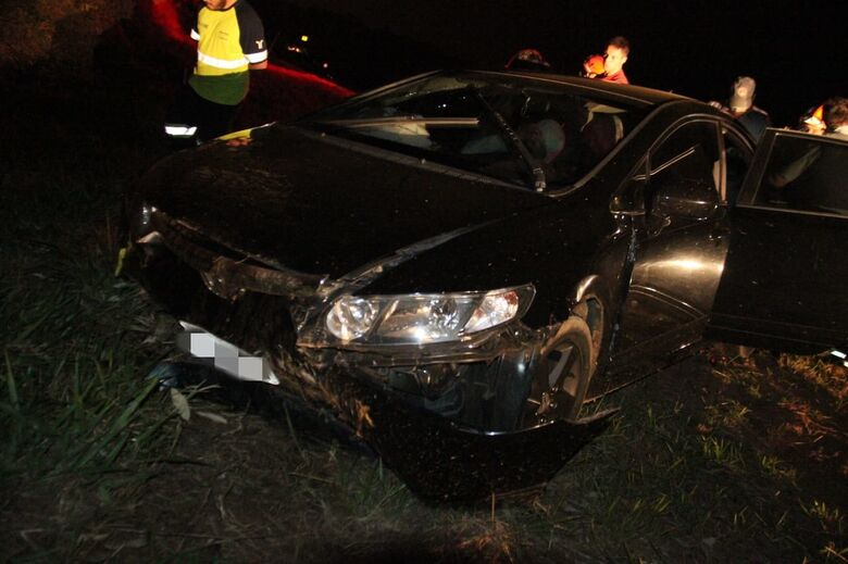 Motorista perde controle, carro roda na pista e colide em barranco - Crédito: Maycon Maximino
