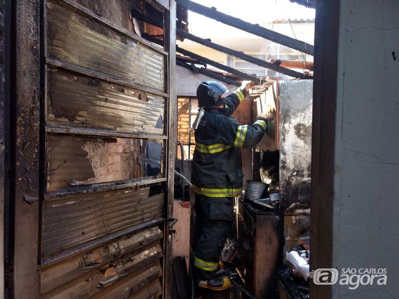 Defeito em botijão de gás provoca incêndio em casa na Vila Nery - Crédito: Luciano Lopes
