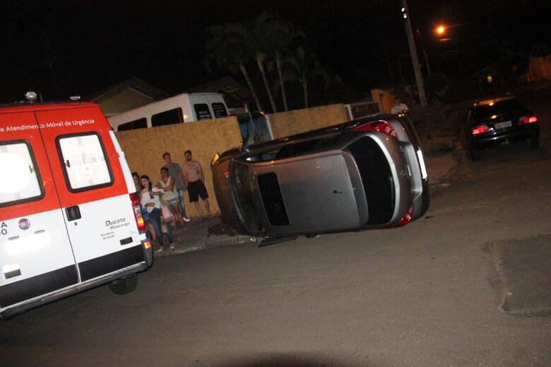 Após colisão, carro tomba no Santa Felícia - Crédito: Maycon Maximino