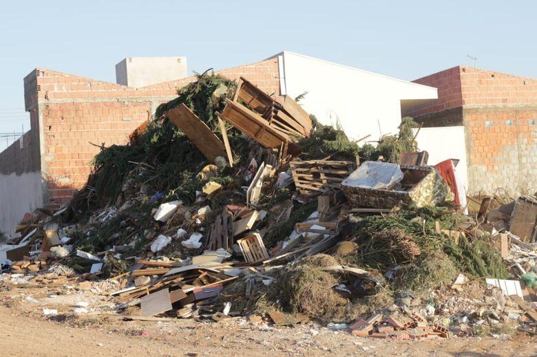 Lixo e entulho acumulam-se no ecoponto do São Carlos 8 - Crédito: Marco Lúcio
