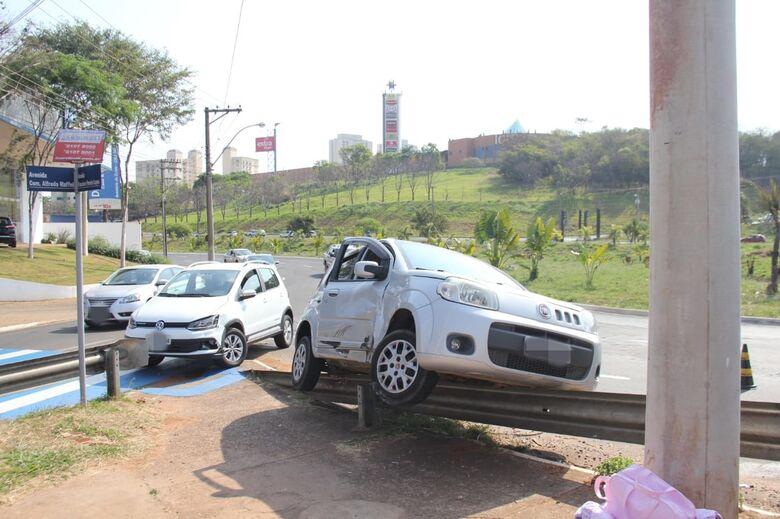 Após colisão carro sobe em guard-rail - Crédito: Maycon Maximino