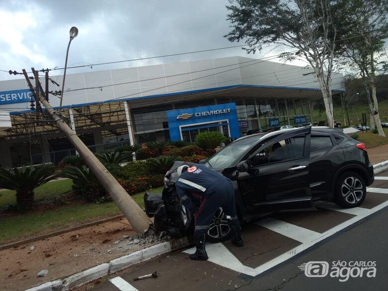 Carro bate em poste na Alfredo Maffei - Crédito: Luciano Lopes
