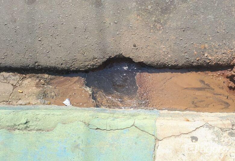 Vazamento de água perturba moradores no Cruzeiro do Sul - Crédito: Divulgação