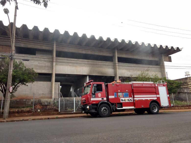 Desocupados ateiam fogo em materiais recicláveis na Lagoa Serena - Crédito: Luciano Lopes
