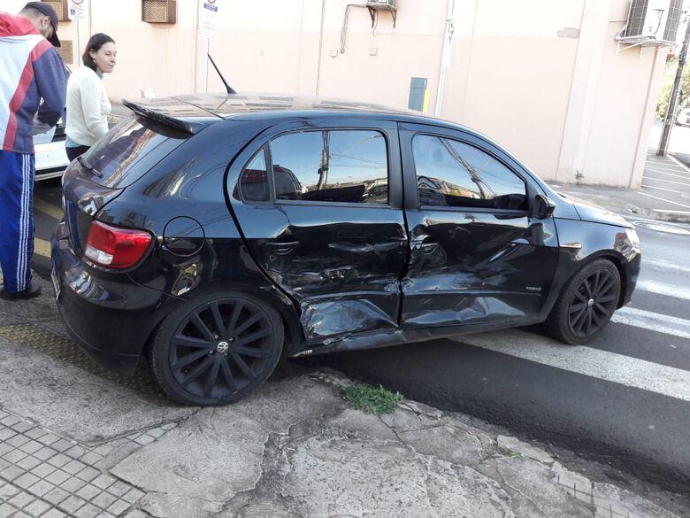Motorista avança sinal de pare e causa colisão no centro - Crédito: Maycon Maximino