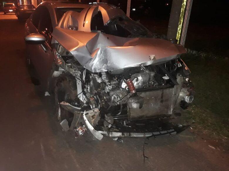 Carro colide em mureta de concreto na Washington Luís - Crédito: Divulgação
