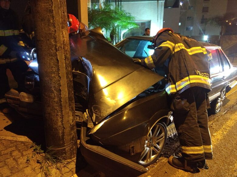 Carro bate em poste na região do shopping - Crédito: Luciano Lopes