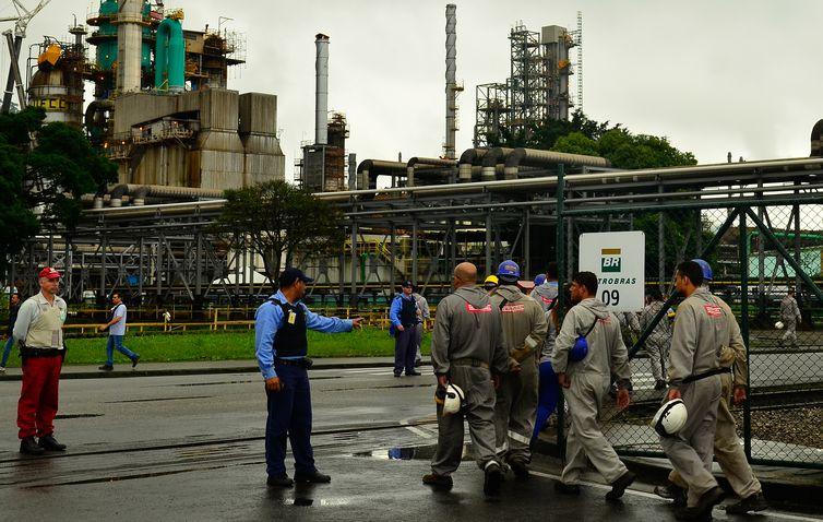 Preço da gasolina nas refinarias da Petrobras sobe 1,02% - Crédito: Rosa Rovena/Agência Brasil