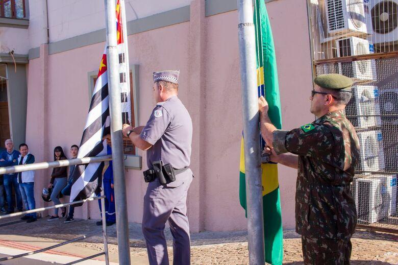 Hasteamento das bandeiras marca 7 de Setembro em São Carlos; confira as fotos - Crédito: Marco Lucio