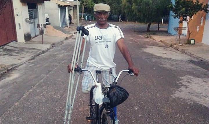 Com perna amputada, catador de recicláveis pedala 15km por dia para sustentar família - Crédito: Rodney Marcondes