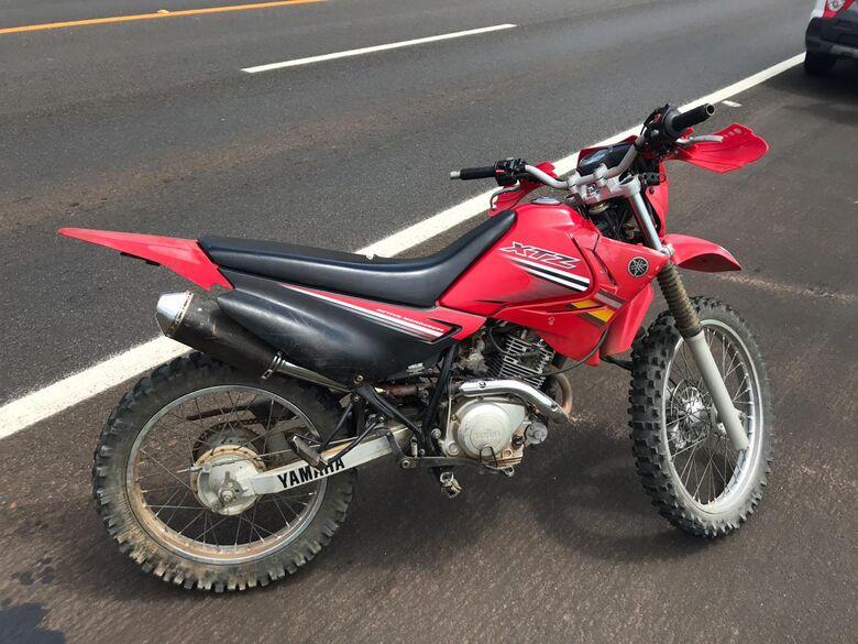 Com medo de perder sua Yamaha, motociclista tenta fugir da PM - Crédito: Arquivo/SCA