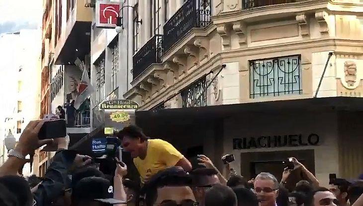 Bolsonaro é esfaqueado em ato de campanha - Crédito: Reprodução Internet