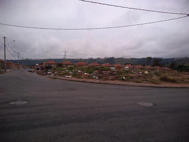 Apesar das denúncias, lixo permanece em terrenos abandonados no Eduardo Abdelnur - Crédito: Divulgação