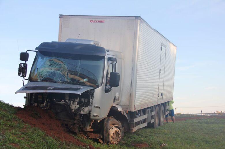 Pneu estoura e caminhão bate em barranco na Washington Luis - Crédito: Maycon Maximino