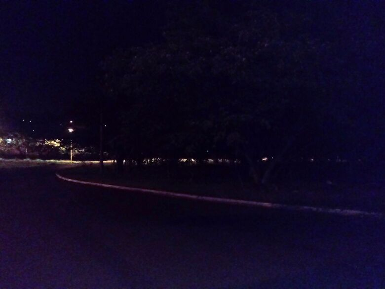 Apesar dos apelos, pedestres são obrigados a caminhar na escuridão na rotatória Celeste Zanon - Crédito: Marcos Escrivani